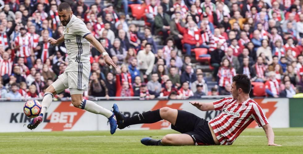 Benzema marca ante Laporte el primer gol del Madrid en San Mamés.
