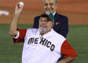 Carlos Slim lanza la primera bola del Clásico Mundial de Béisbol