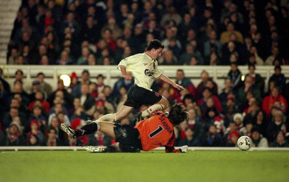 La jugada en la que Robbie Fowler cae ante David Seaman en 1997.