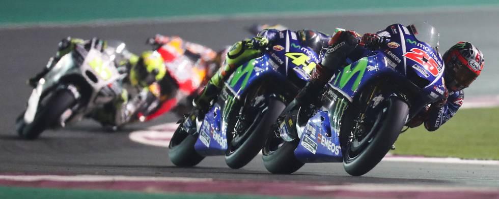 Viñales y Rossi, durante la carrera.