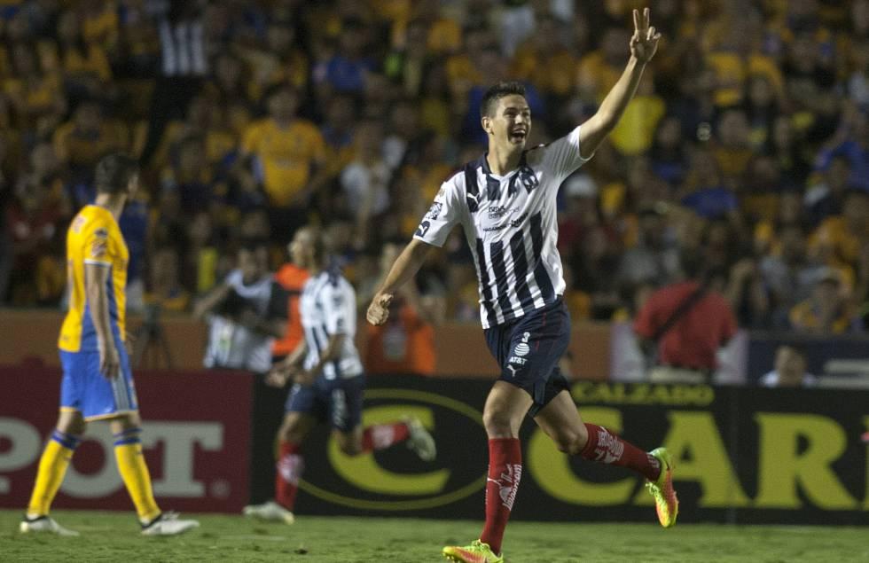 César Montes, de Monterrey, durante un derbi contra Tigres