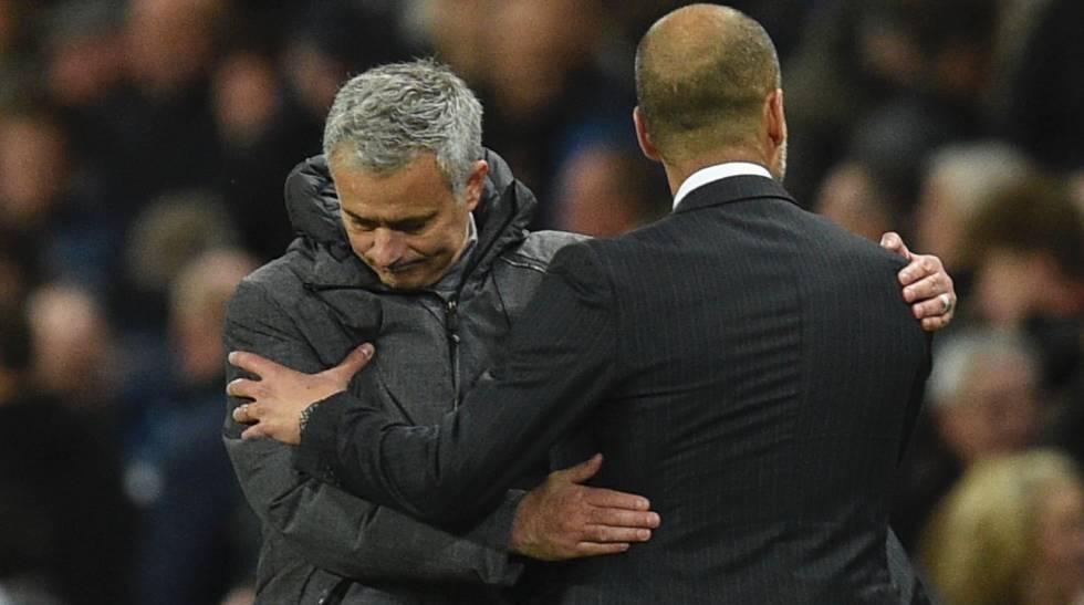 Mourinho y Guardiola se saludan en el derbi de Manchester.