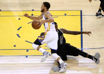 Los Warriors apalean a los Spurs (136-100)