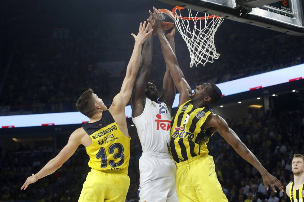 Hunter intenta anotar ante Bogdanovic y Udoh