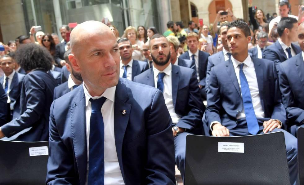 Zidane, en la sede de la Comunidad de Madrid. Detrás, Benzema y Varane.