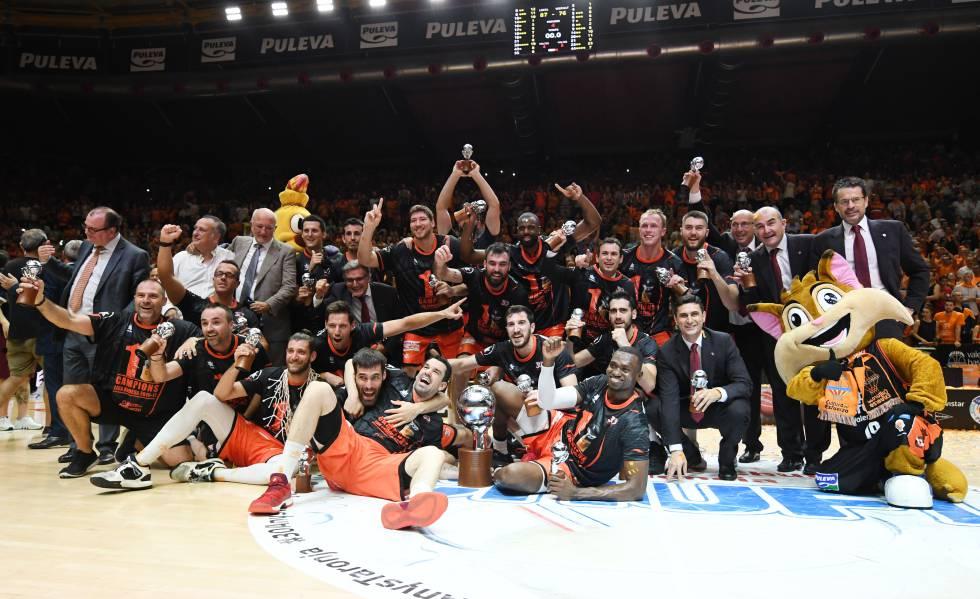 Los jugadores del Valencia celebran el título de Liga.