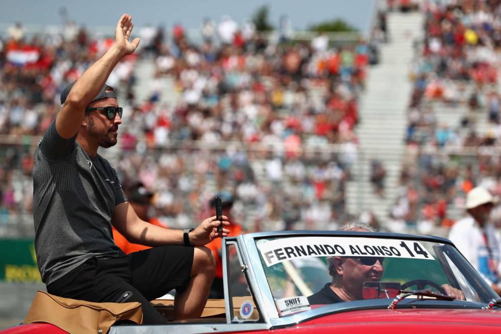 Alonso saluda a los aficionados en el gran premio de Canadá.
