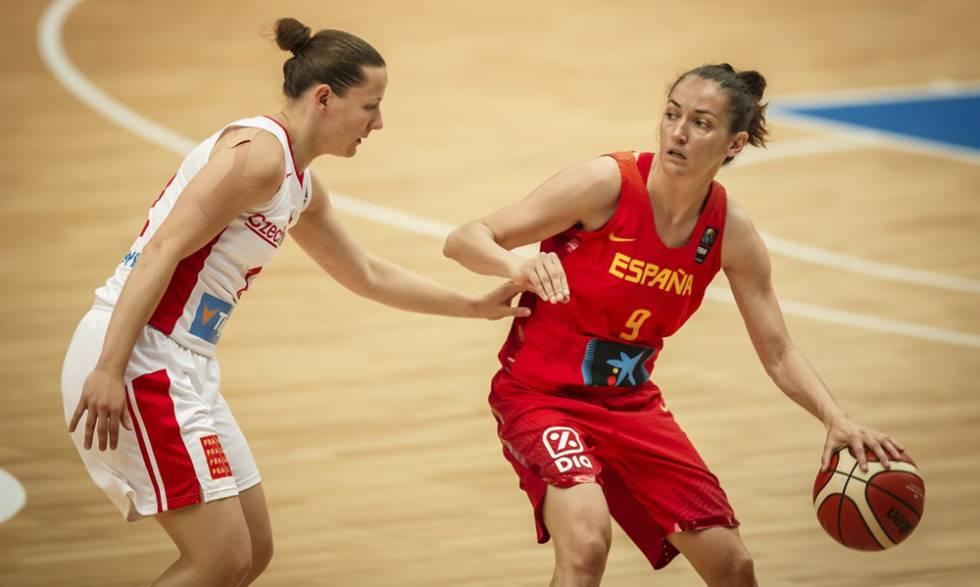 Laia Palau bota el balón ante la checa Vyoralova.