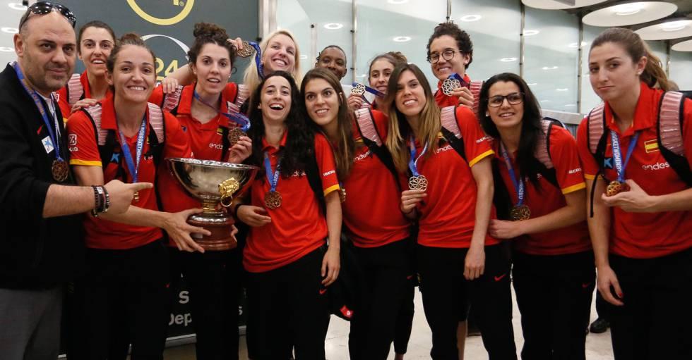 Las integrantes de la selección femenina de baloncesto posan con el trofeo del Eurobasket y las medallas de oro a su llegada a Madrid.