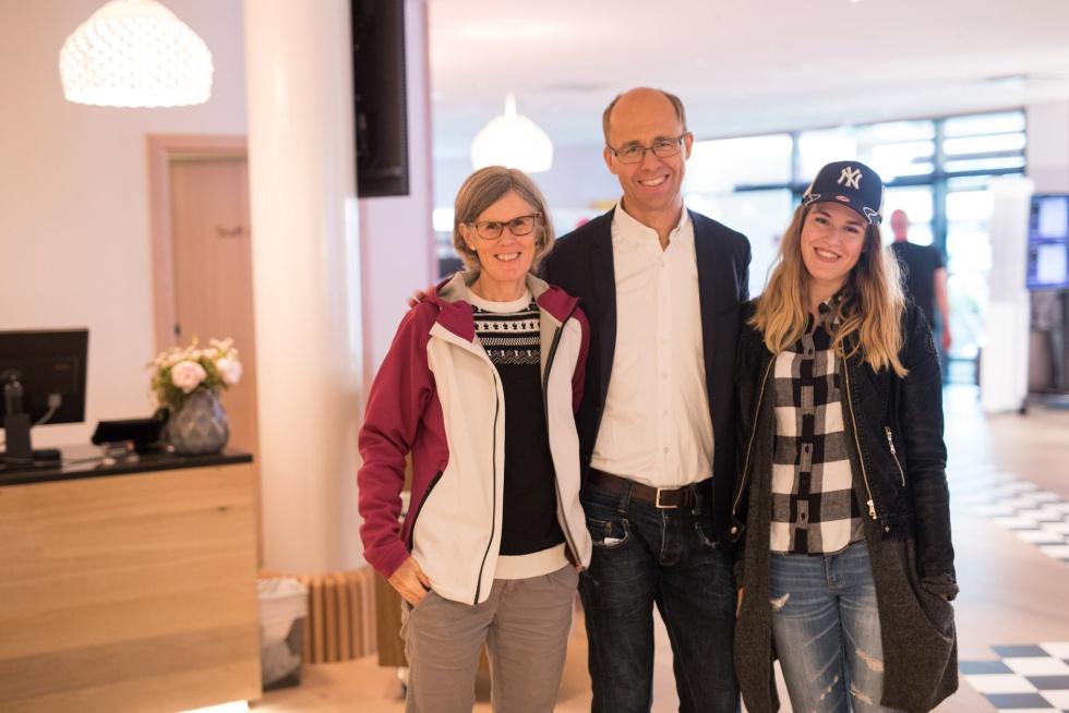 Los padres de Magnus Carlsen, Sigrun y Henrik, junto a una de sus tres hermanas, Ingrid