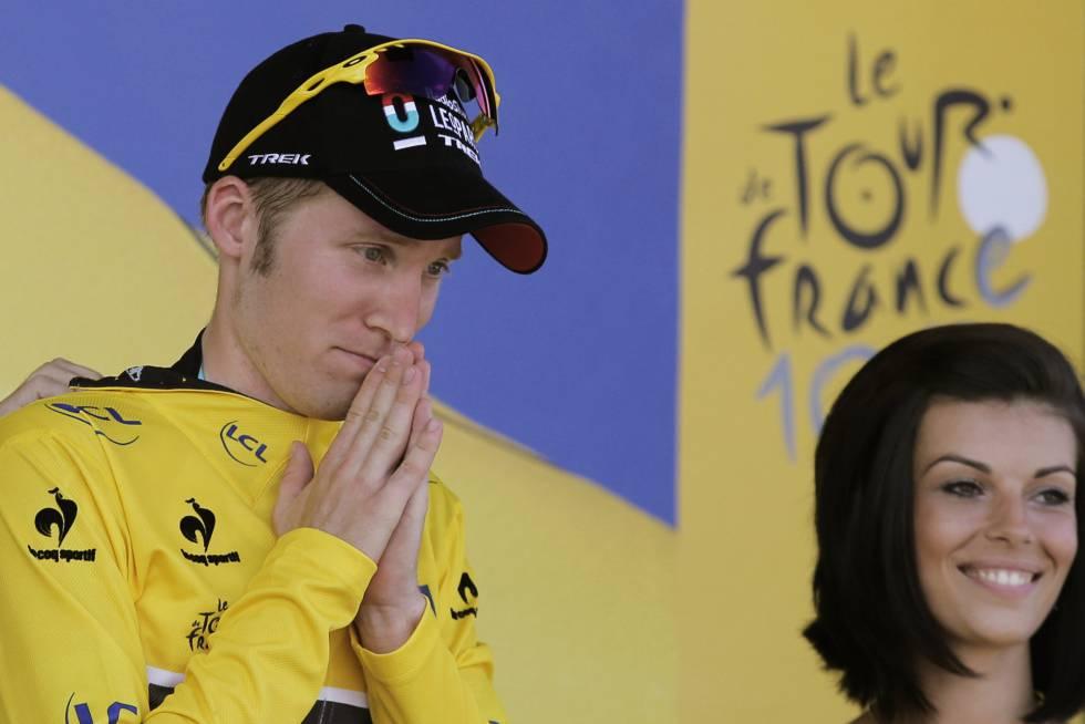 Bakelants recibe el maillot amarillo tras ganar una etapa en el Tour de 2013.