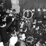 Los cargos electos de Herri Batasuna, puño en alto, cantan el Eusko gudariak desde los escaños de la Casa de Juntas de Guernica, a escasa distancia de Rey