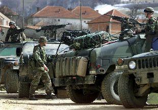 Tropas estadounidenses de la Kfor, ayer en la aldea kosovar de Debelde, junto a la frontera macedonia.