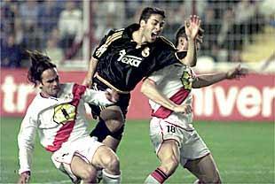 Mingo y Ballesteros tratan de impedir una penetración de Raúl.