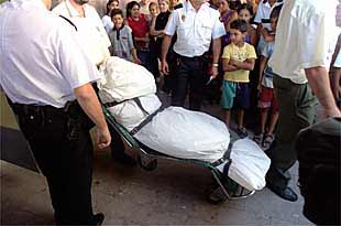 Los empleados de la funeraria trasladan el cadáver de Luisa Reyes al Instituto Anatómico Forense.