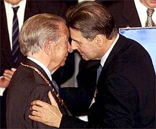 El nuevo presidente del COI, Jacques Rogge, a la derecha, abraza a Juan Antonio Samaranch, ayer en Moscú.