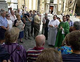 Cocentración, ayer, en la puerta de la Catedral de Cádiz por los 42 inmigrantes muertos.
