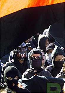 Varios miembros enmascarados del Bloque Negro, durante la manifestación celebrada en Praga en abril de 2000.