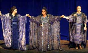 De izquierda a la derecha, la  mezzosoprano  Luciana d'Intino, la soprano Manon Feubel y el tenor Vladímir Galouzine, en el ensayo generall de  Aida.