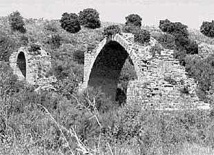 Los restos que quedan en pie del puente de Mantible.
