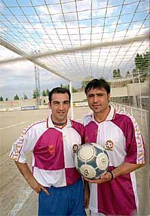Sabas y Alfredo Santaelena, en el campo de Tres Cantos.