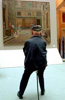 Henri Cartier-Bresson contempla    Passage du Commerce-Saint-André,  de Balthus, en el Palazzo Grassi de Venecia.