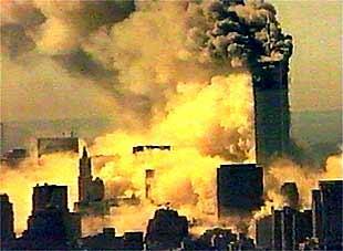 Momento en el que se cae una de las dos Torres Gemelas de Nueva York. Posteriormente, se desplomó también la segunda a consecuencia de los ataques aéreos.