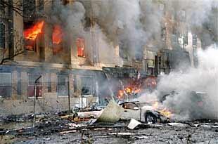 Las llamas se apoderan de la fachada del Pentágono después de que un avión se estrellara contra el edificio.