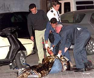 Cuatro policías inspeccionan el cadáver de Elkin Iván Escudero, en el distrito de Ciudad Lineal de Madrid.