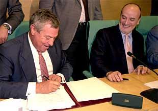 Gonzalo Pascual (a la izquierda), junto a Ignacio Ruiz Jarabo, presidente de SEPI, en el acto de firma de ayer.