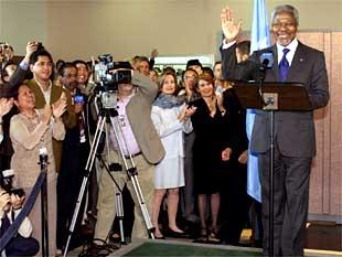 El secretario general de la ONU, Kofi Annan, ayer tras conocer el galardón.