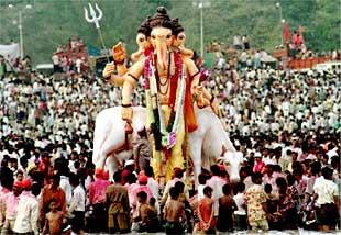 Devotos del dios elefante Ganesh celebran la fiesta anual en su honor en Bombay.