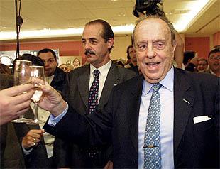 Manuel Fraga celebraba anoche su cuarta mayoría absoluta en Galicia en el hotel donde se congregó el PP gallego.