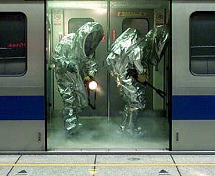 La policía de Taiwan intenta un rescate en  un simulacro de ataque con gases tóxicos en el metro de Taipei.