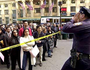 Un policía da instrucciones a desempleados concentrados ante el Madison Square Garden el pasado día 17.