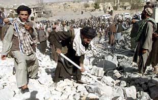 Habitantes de Kandahar, al sur de Afganistán, remueven los escombros de un edificio destruido, según sus testimonios, por las bombas estadounidenses.