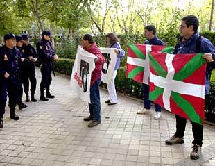 Simpatizantes de Gestoras Pro Amnistía, ayer en las inmediaciones de la Audiencia Nacional.