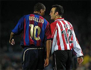 Rivaldo y Lacruz se encaran durante el partido del sábado.