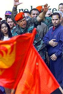Chávez, rodeado en Caracas por campesinos que apoyan su política agraria.