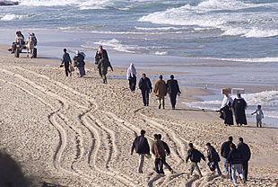 Varios palestinos tienen que dar un rodeo por la playa tras el cierre por parte de Israel de la principal carretera que conduce a Gaza.