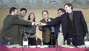 De izquierda a derecha, José L. Almeida, Diego Valderas, María del M. Moreno, Javier Rosaleny, Luis Pizarro y Willy Meyer, antes de firmar el pacto.