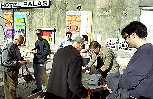 Los miembros del Bloc, ayer, ante el antiguo hotel Palas, en Alicante.