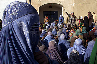 Mujeres afganas hacen cola ante un centro de distribución de alimentos en la ciudad de Kandahar.
