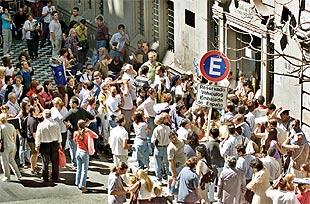 Miles de argentinos se agolpan ante los consulados para - Consulado argentino en madrid telefono ...
