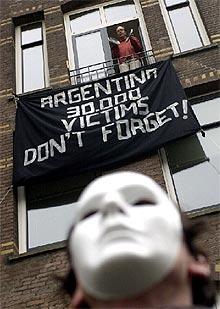 Protesta en el centro de Amsterdam contra la dictadura de Videla.