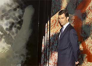 El príncipe Felipe, ante un cuadro de Darío Urzay. Abajo,    Pieza escuchando la pared,  de Juan Muñoz.