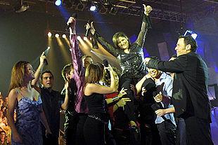 La cantante ganadora Rosa es llevada a hombros por sus compañeros del concurso televisivo