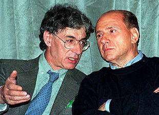 Umberto Bossi (izquierda) charla con el primer ministro italiano, Silvio Berlusconi.