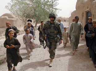 Un soldado canadiense patrulla en Qadzi Kariz, Afganistán, una zona donde se detectó la presencia de Al Qaeda.