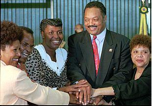 Benedita da Silva (tercera por la izquierda), junto a Jesse Jackson, en una foto tomada en Brasilia en 1996.